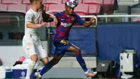 Ansu Fati pelea un balón con el Barcelona