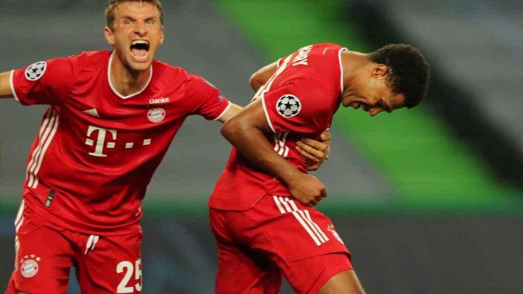 Gnabry y Müller celebran el gol del Bayern ante el Lyon