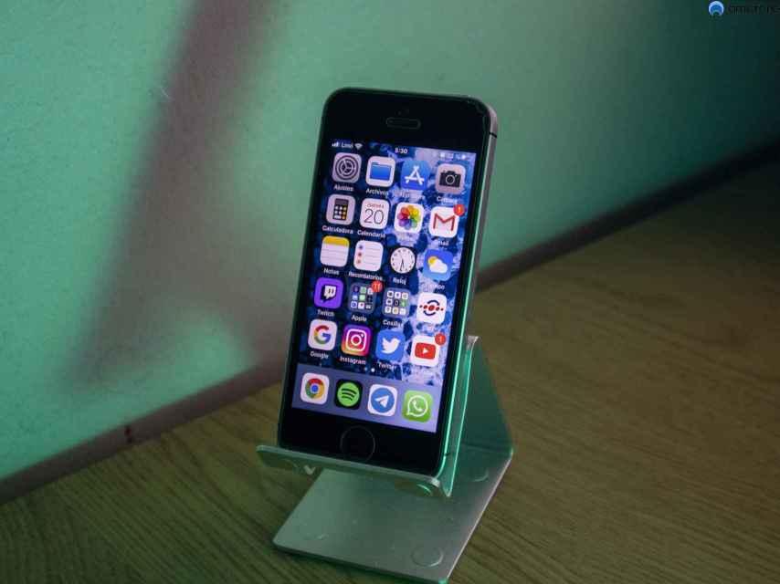 La pantalla de este iPhone SE es extremadamente pequeña.