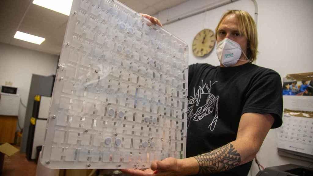 Alfredo mostrando uno de los hormigueros más deseados por los clientes de 'Ant House', cuyo precio ronda los 100 euros.