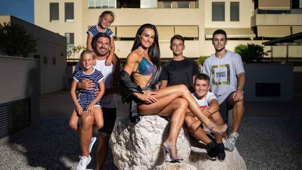 Elisabeth junto a su marido Julio y sus cinco hijos: Paolo, de 19 años; Marcos, 14; Lucas, 11; y las gemelas Julia y Elisabeth, de seis.