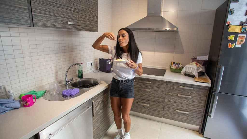 La aspirante a 'Bikini Fitness' degustando 170 gramos exactos de clara de huevo.
