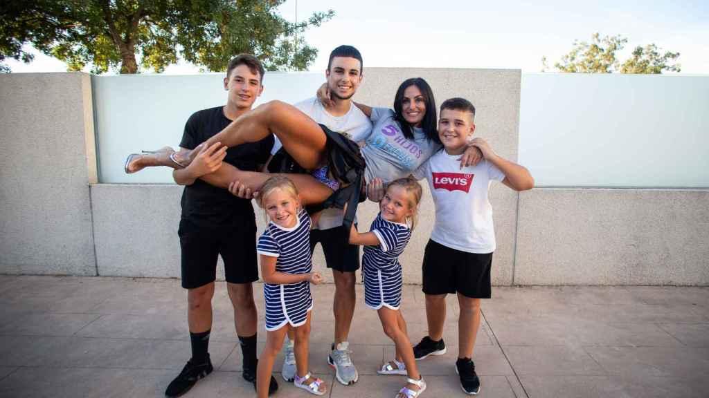 Elisabeth en brazos de sus cinco hijos.