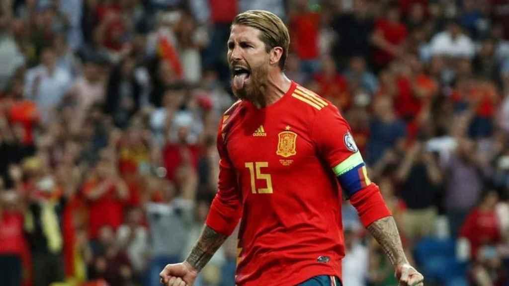 Sergio Ramos celebra un gol con España