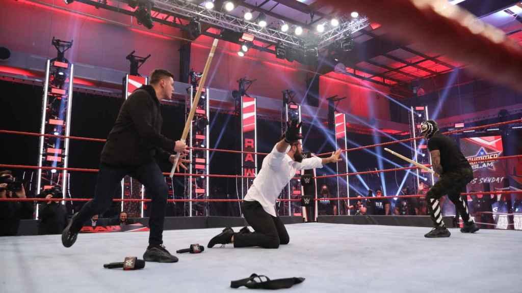 Dominik y Rey Mysterio atacan a Seth Rollins