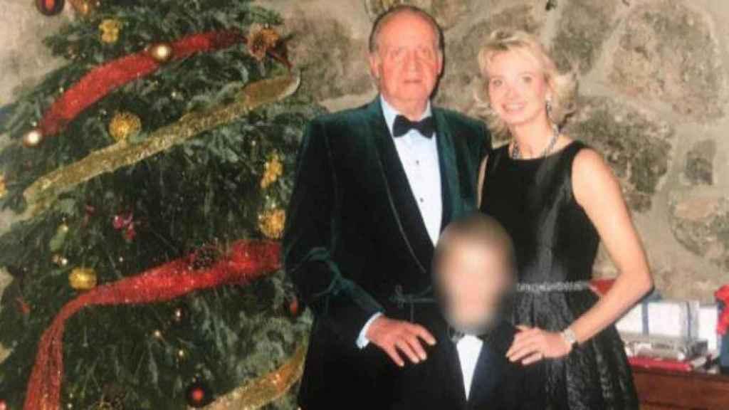 Juan Carlos, Corinna y el hijo de ésta en una imagen falicitada por la BBC.