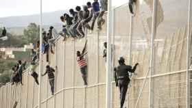 En abril, otros 260 inmigrantes intentaron saltar la valla simultáneamente.