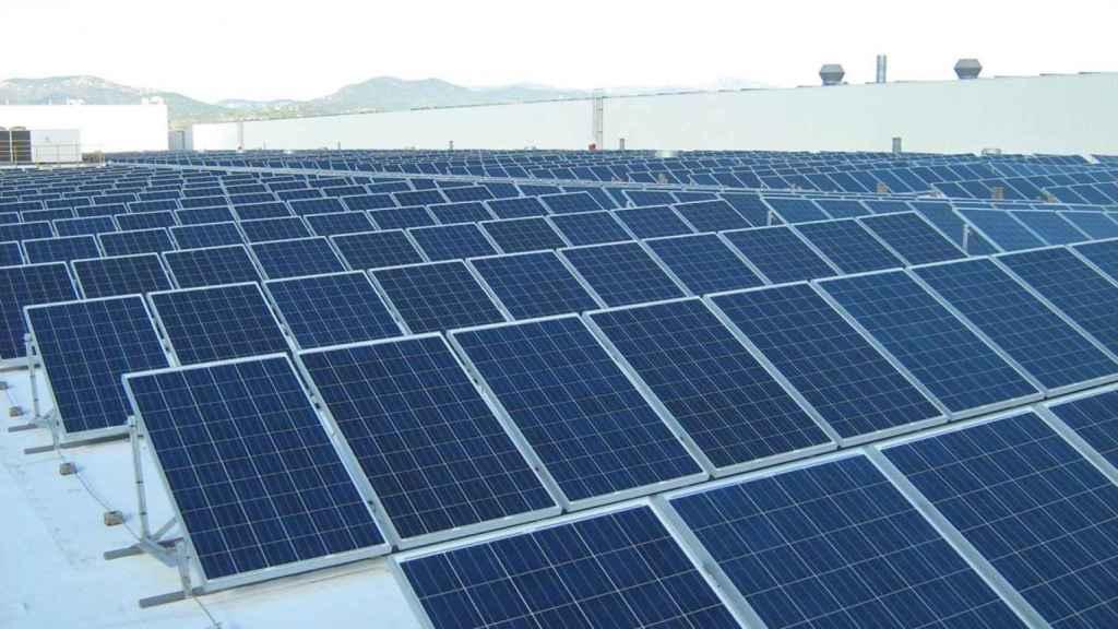 Paneles solares en una imagen de archivo.