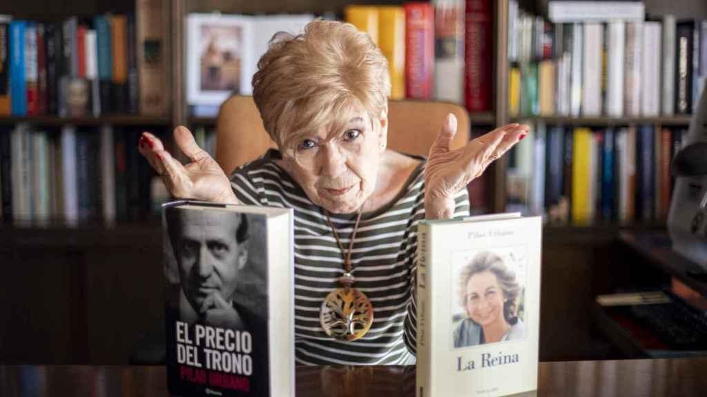 Pilar Urbano, junto a sus dos libros: 'El precio del poder' y 'La Reina'.