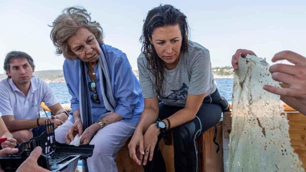 La reina Sofía, ayudando a recoger basura en el Mediterráneo.