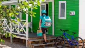 Un repartidor de Deliveroo efectúa una entrega.