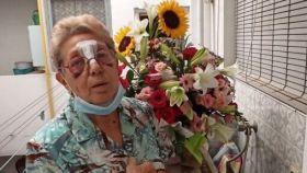 La anciana con el ramo de flores que le han mandado desde Forocoches.