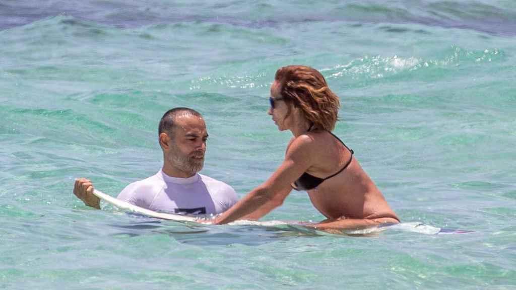 Ricardo y María, en Fuerteventura practicando surf.