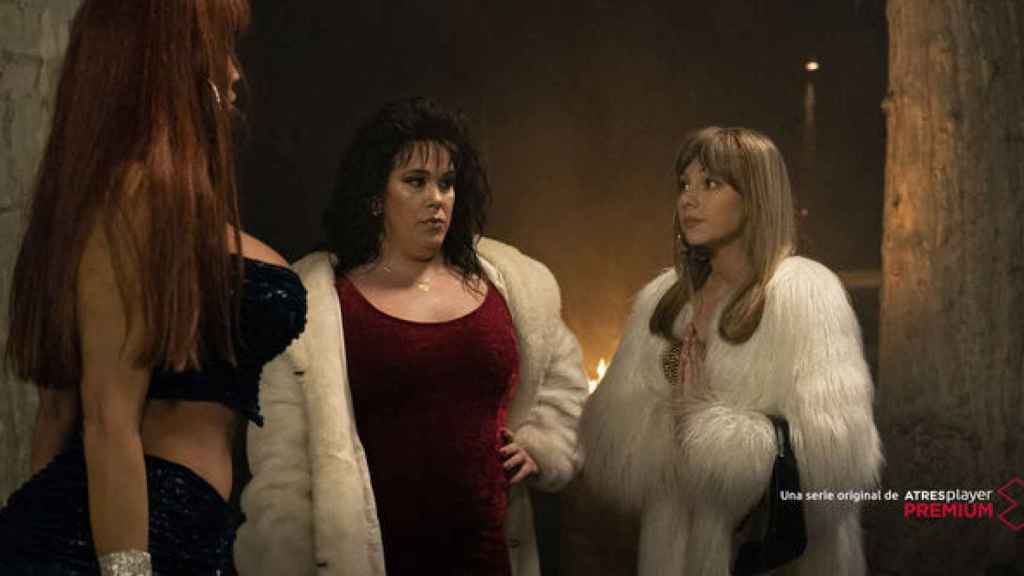Daniela Santiago, Desirée Rodríguez y Ester Expósito en el primer capítulo de 'Veneno'.