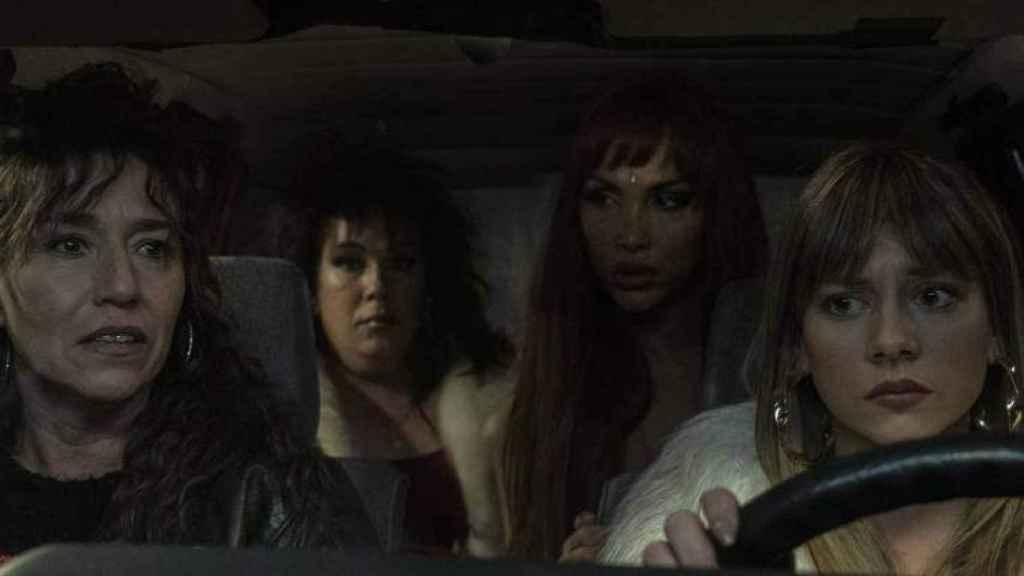Desy en los asientos de detrás de un coche en una de las escenas de 'Veneno'.