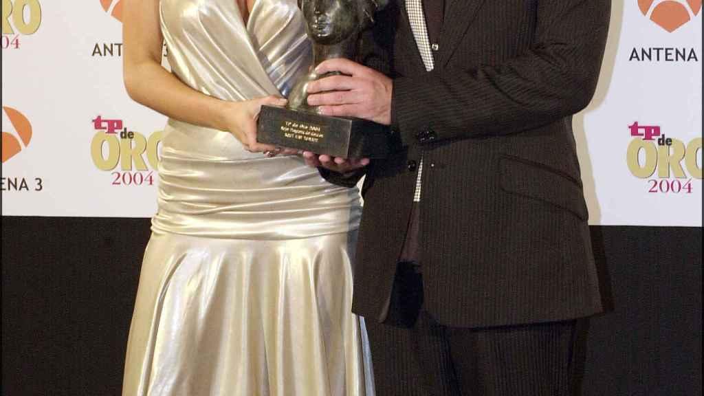 Carmen Alcayde y Jorge Javier Vázquez recogiendo el premio TP en el año 2004.