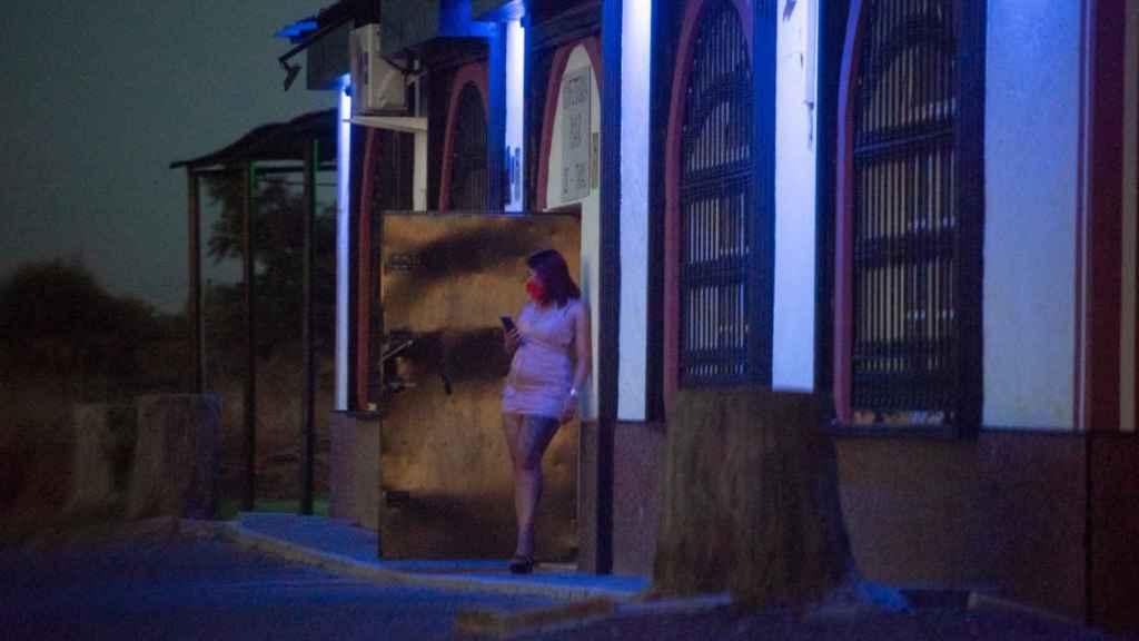 Una prostituta en la puerta de acceso a El Chaparral, la noche de este jueves.