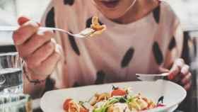 Una mujer come despacio.