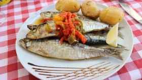 Un plato de sardinas listo para comer.