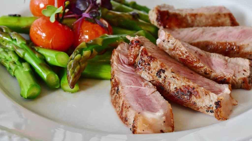 Una comida con proteína animal y verduras.