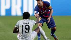 Alphonso Davies y Leo Messi durante el Barça - Bayern