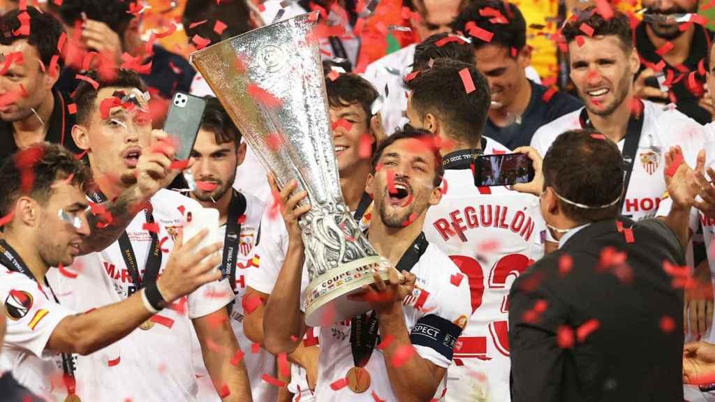 Jesús Navas levanta el título de la Europa League