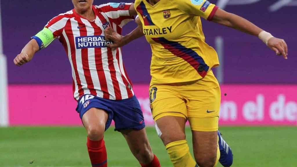 Amanda Sampedro, Atlético de Madrid, y Kheira Hamraoui, Barcelona, durante los cuartos de final de la Woman's Champions League