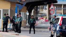 Paso fronterizo entre Ceuta y Marruecos, vigilado por agentes de la Guardia Civil.