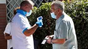 Un ciudadano accede al centro de salud Reyes Católicos, de la localidad madrileña San Sebastián de los Reyes.