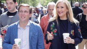 Cifuentes pasea con Almeida, el 10 de mayo de 2017, en su primera reunión tras impulsarle.
