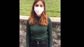 Dina Bousselham en el vídeo que ha compartido en Twitter desde su cuenta.
