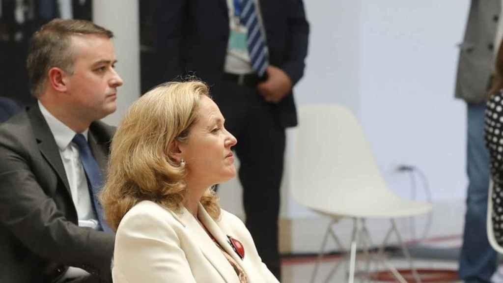 La vicepresidenta del Gobierno, Nadia Calviño, y el jefe de Gabinete de la Presidencia, Iván Redondo.