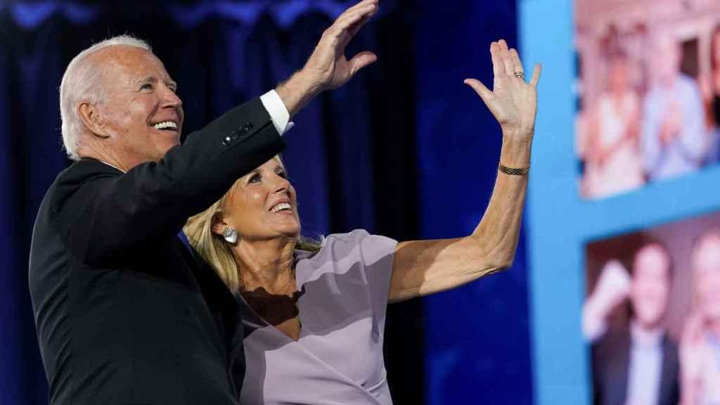Joe Biden con su esposa, Jill Biden, saludan a quienes han seguido la Convención desde sus hogares.