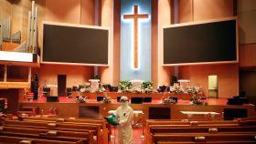 Un trabajador desinfecta la una de las iglesias del Amor Máximo.