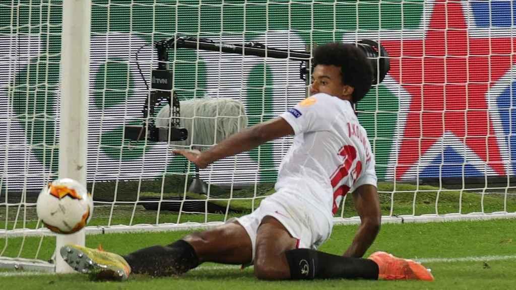 Koundé salvando un balón en línea de gol en la final de la Europa League