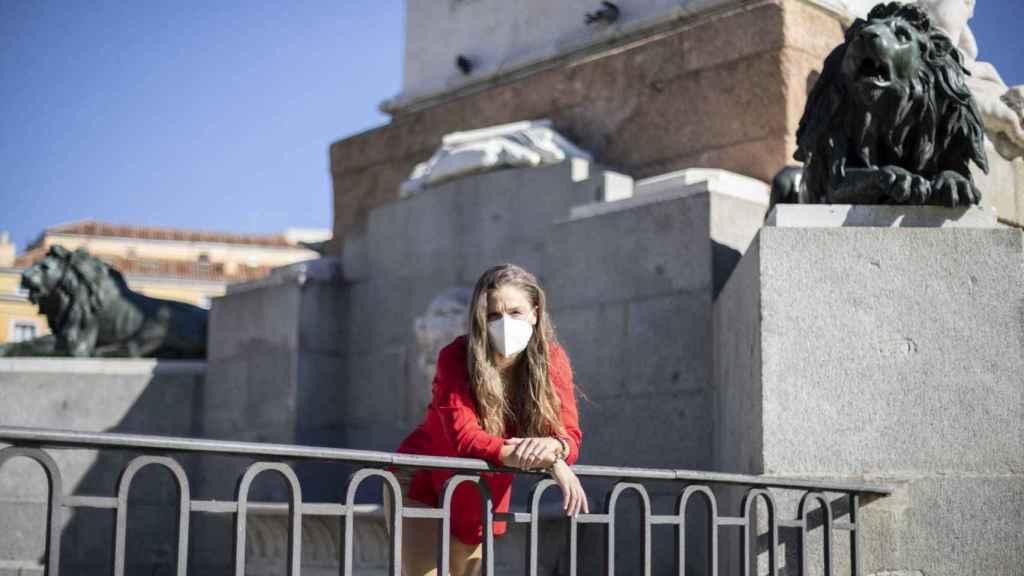 Malena Contestí, junto al monumento a Felipe IV en la Plaza de Oriente de Madrid.