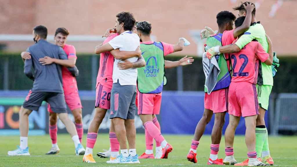 Raúl se abraza a los jugadores del Real Madrid tras conseguir el pase a la final de la UEFA Youth League