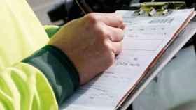 Un agente impone una multa de tráfico.