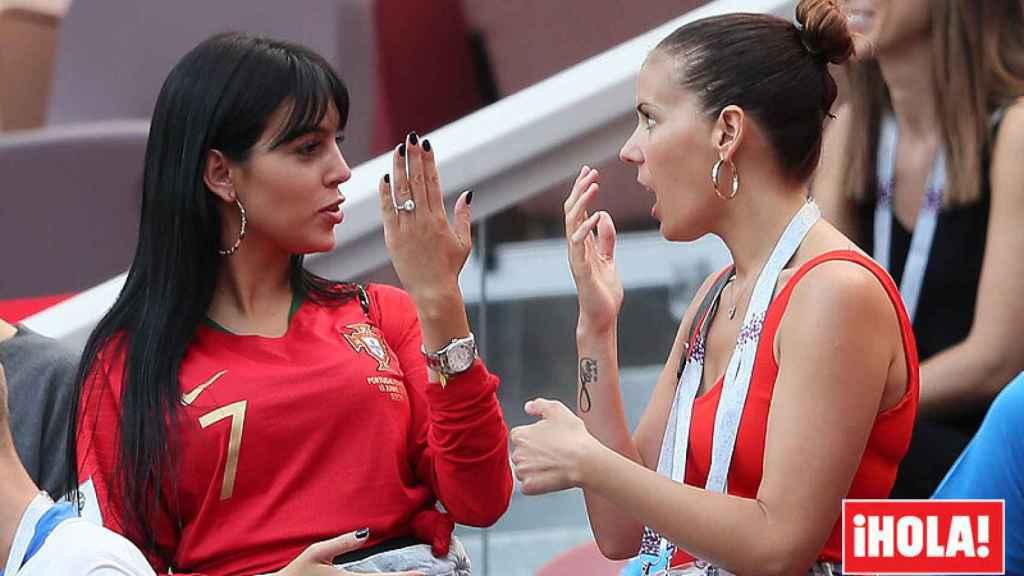 Georgina Rodríguez enseña su espectacular anillo a una amiga en Rusia.