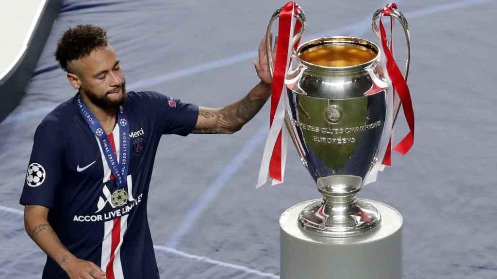 Neymar toca la Champions al recoger su medalla de subcampeón