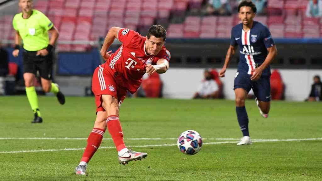 Robert Lewandowski disparando a puerta en la final de la Champions League entre PSG y Bayern Múnich