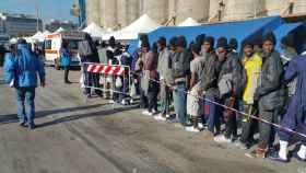 Un grupo de inmigrantes llegados a la costa italiana.