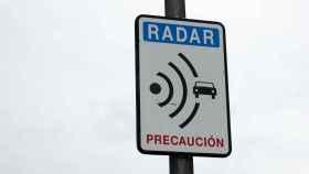 Cartel que anuncia la aproximación a un radar.