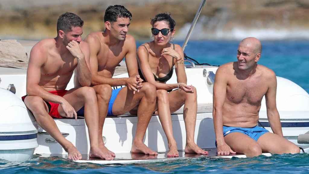 Zinedine y Véronique Zidane disfrutando de un día de navegación junto a sus dos hijos mayores.