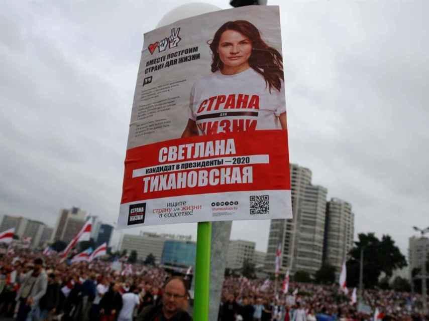 Un manifestante en Minsk con un cartel de Svetlana Tijanóvskaya.