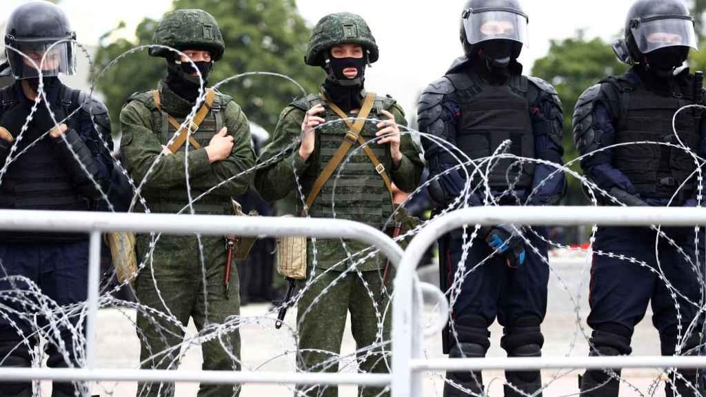 Militares bielorrusos durante las manifestaciones de la pasada semana en Minsk.