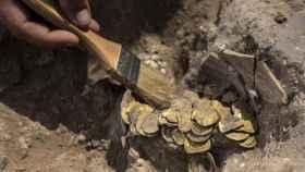 Fotografía de las monedas halladas en perfecto estado.