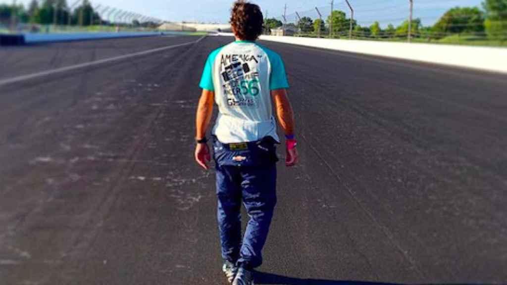 Fernando Alonso caminando por el circuito de Indianápolis