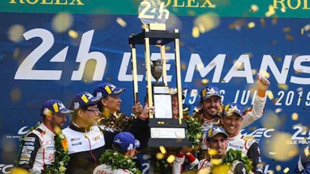 Alonso celebra su victoria en las 24 Horas de Le Mans