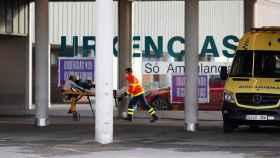 Una ambulancia en el Hospital Lucus Augusti de Lugo este lunes.